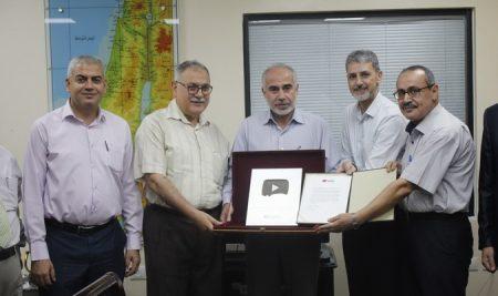 يوتيوب تمنح مركز التميز والتعليم الإلكتروني بالجامعة الإسلامية بغزة جائزة الدرع الفضي